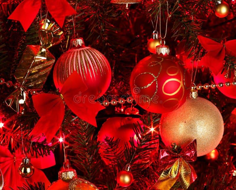 Weihnachtshintergrund mit rotem Baum. stockfotografie