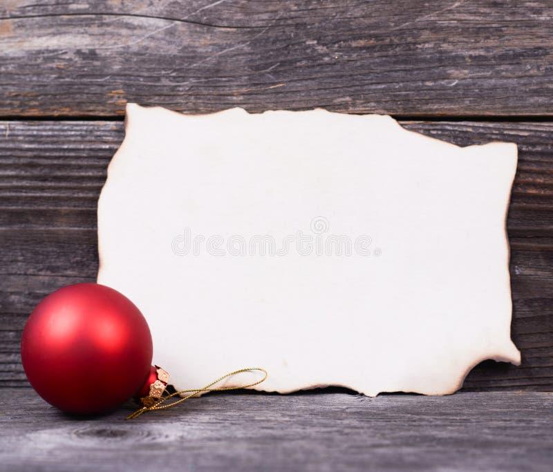 Weihnachtshintergrund mit rotem Flitter und leerem Papier stockfotografie