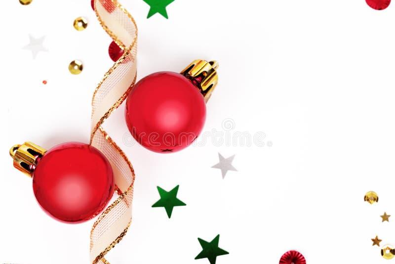 Weihnachtshintergrund mit roten Kugeln lizenzfreie stockbilder