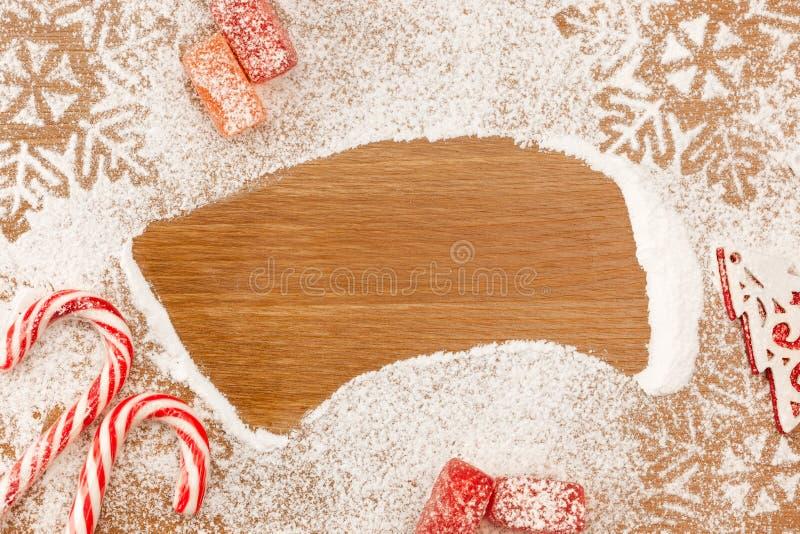 Weihnachtshintergrund mit Süßigkeiten, snowflackes und decotative Ch lizenzfreies stockfoto