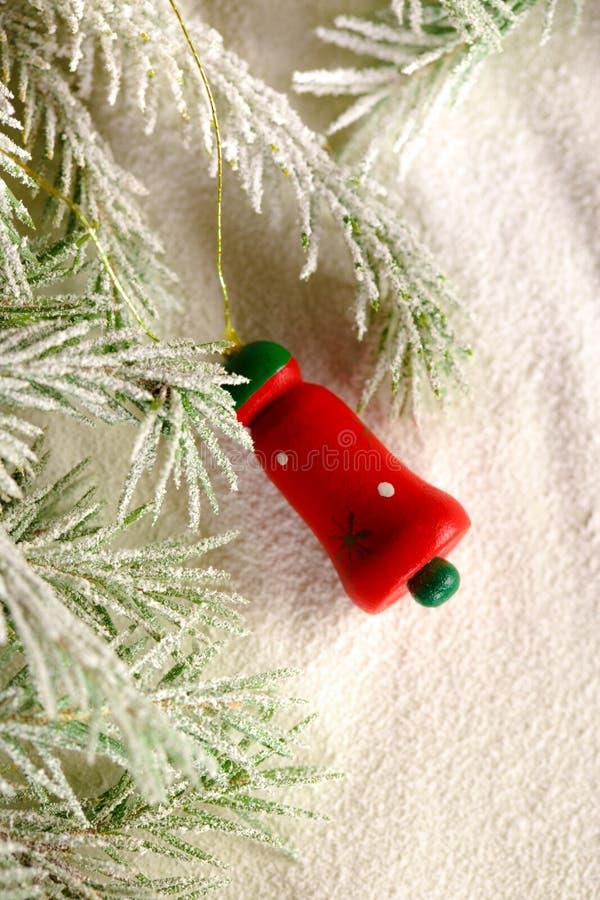 Weihnachtshintergrund mit Schnee, Spielzeug und Tannenbaum stockfotos