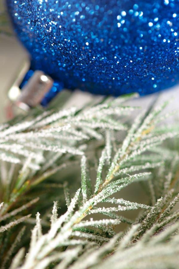 Weihnachtshintergrund mit Schnee, Spielzeug und Tannenbaum stockfoto