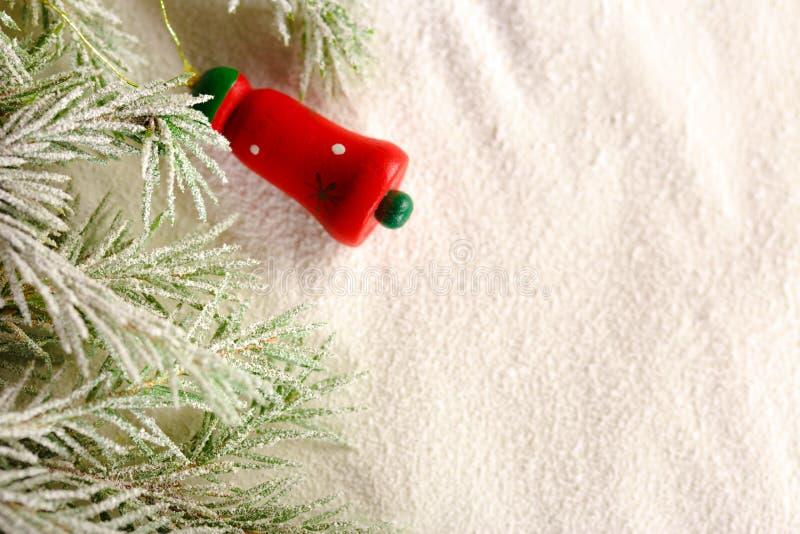 Weihnachtshintergrund mit Schnee, Spielzeug und Tannenbaum stockfotografie