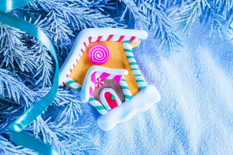Weihnachtshintergrund mit Schnee, Tannenbaum und Haus lizenzfreie stockfotos