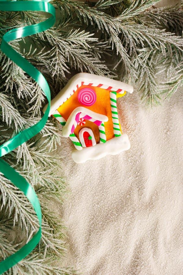 Weihnachtshintergrund mit Schnee, Tannenbaum und Haus lizenzfreies stockbild