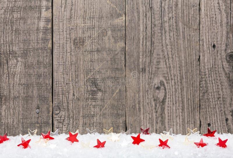 Weihnachtshintergrund mit Schnee und Sternen lizenzfreies stockbild