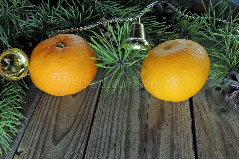 Weihnachtshintergrund mit Tangerinen stockfotos