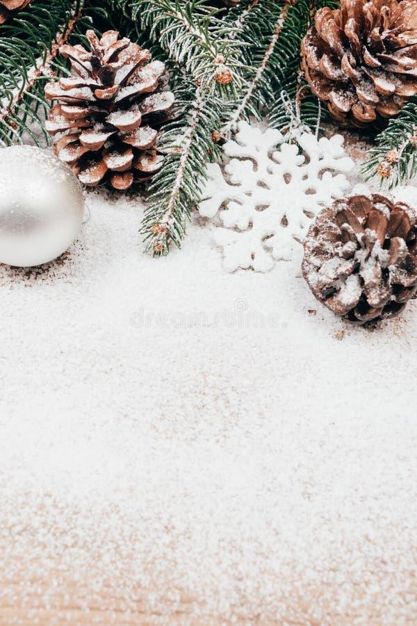 Weihnachtshintergrund mit Tanne und pinecones stockbilder