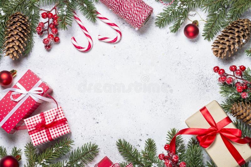 Weihnachtshintergrund mit Tannenbaum, Geschenk, Kerze und Dekorationen stockbild
