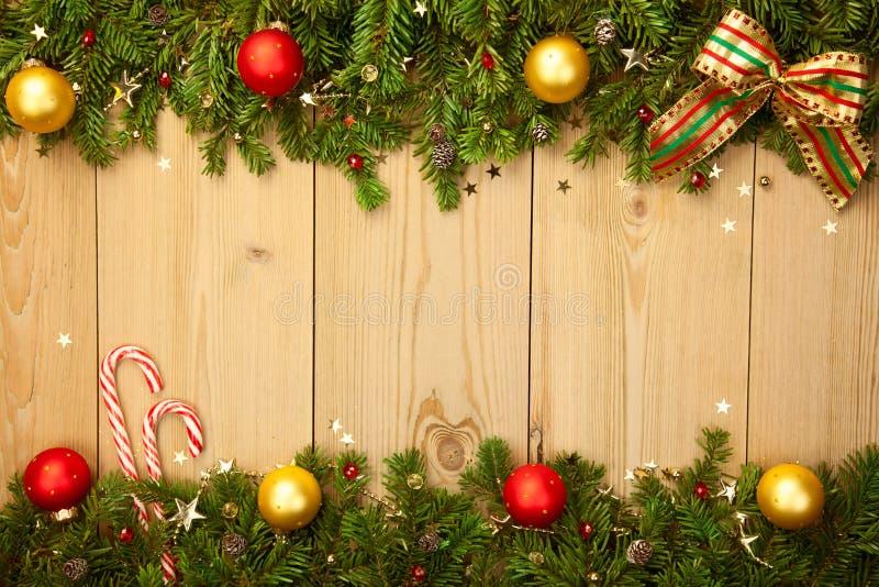 Weihnachtshintergrund mit Tannenbaum, Süßigkeiten und Flitter lizenzfreie stockbilder