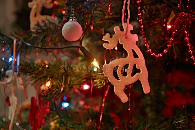Weihnachtshintergrund mit Weihnachtsbaum und Ren und Weihnachtsdekoration und -lichter stockfoto