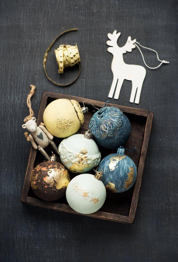 Weihnachtshintergrund mit Weihnachtskugeln stockfotografie