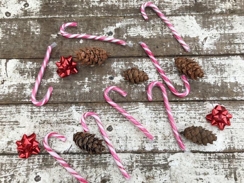 Weihnachtshintergrund mit Weihnachtslutschern stockfoto