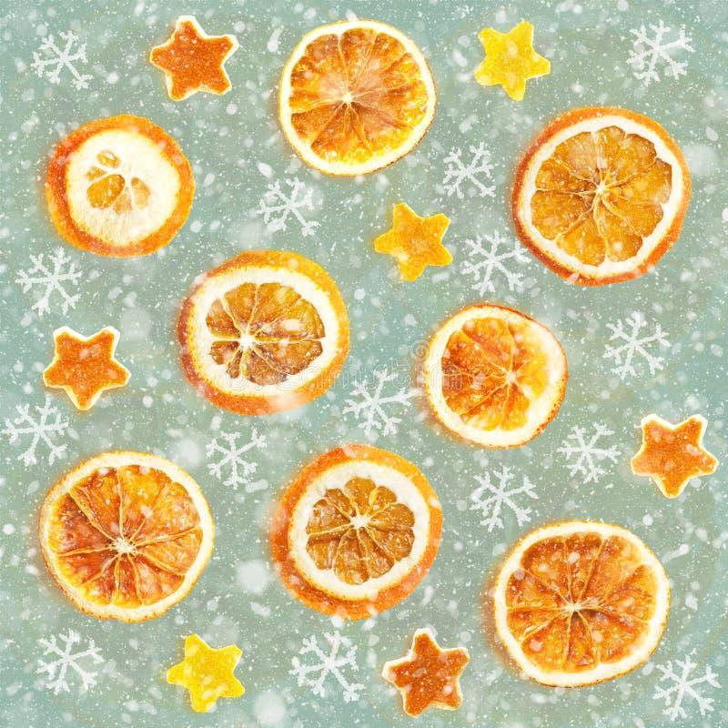 Weihnachtshintergrund von getrockneten Orangen, Schale in Form eines Sternes Nahtloser Hintergrund stockbilder