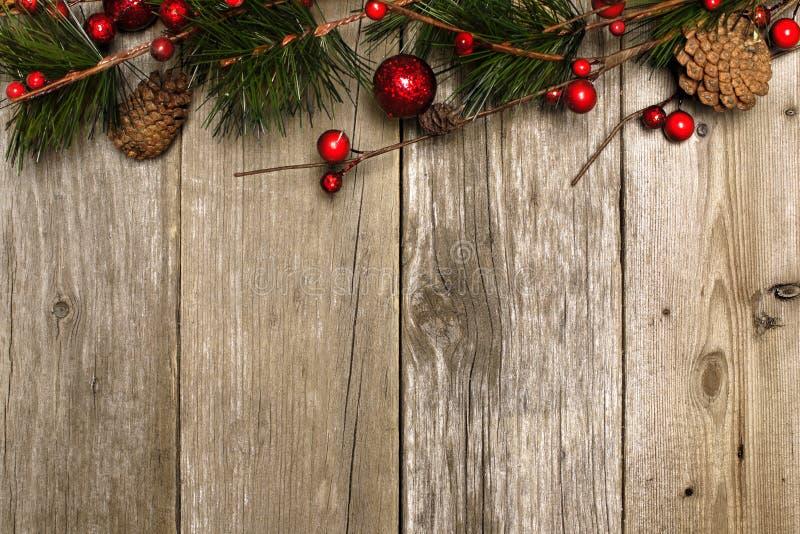Weihnachtshintergrund von Niederlassungen auf Holz lizenzfreie stockfotografie