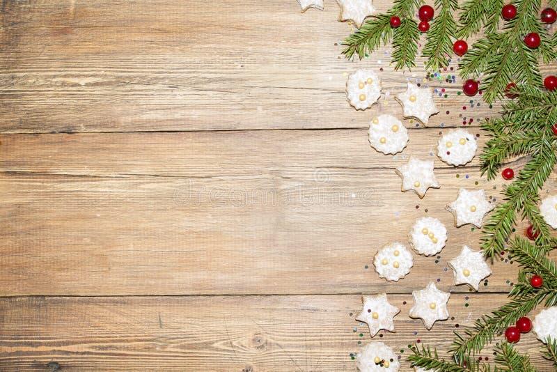 Weihnachtshintergrund von Tannenzweigen und von Ingwerplätzchen lizenzfreies stockfoto