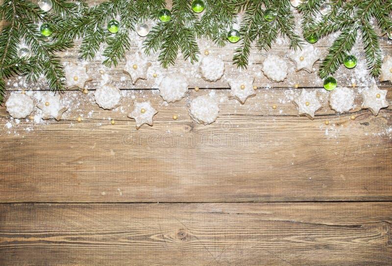 Weihnachtshintergrund von Tannenzweigen und von Ingwerplätzchen stockbild