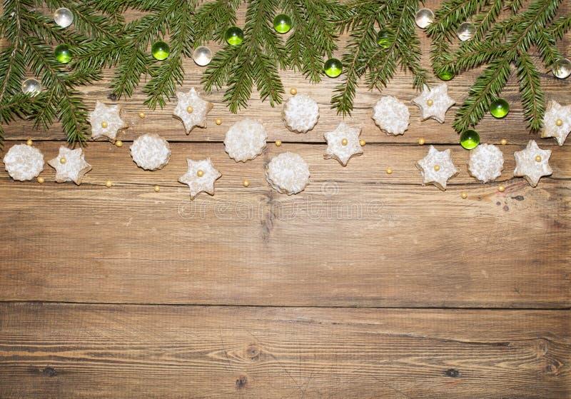 Weihnachtshintergrund von Tannenzweigen und von Ingwerplätzchen stockfoto