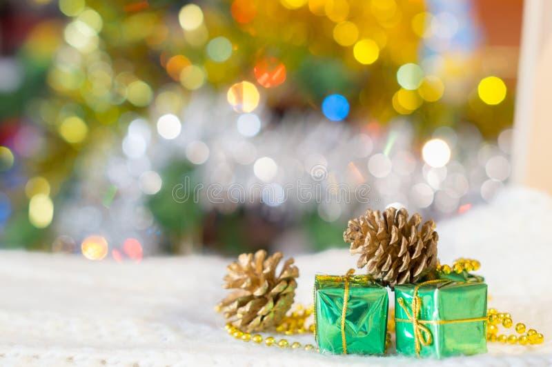 Weihnachtshintergrund, Weihnachtslichter, Geschenke und Kegel stockbilder