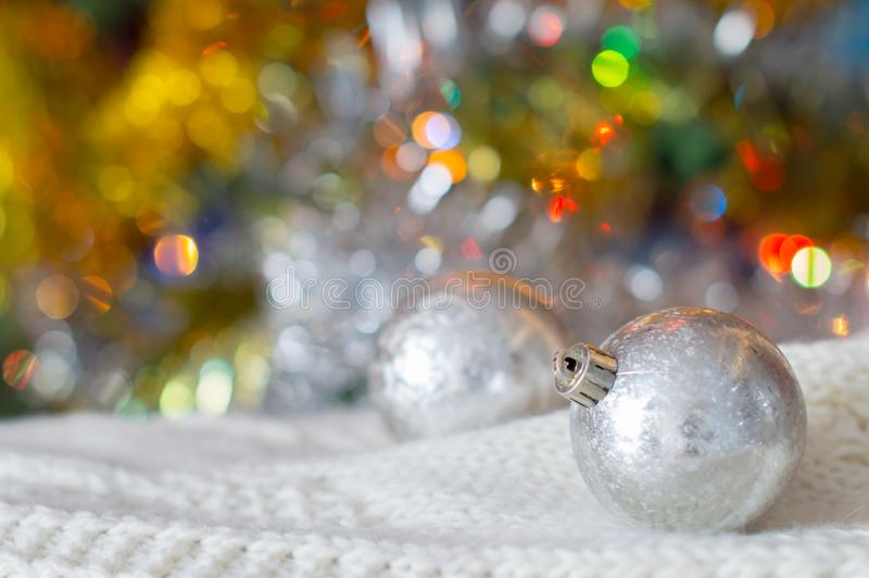 Weihnachtshintergrund, Weihnachtslichter, Weihnachtssilberner Ball stockfoto