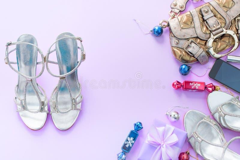Weihnachtshintergrundrosa Ebenen-Lagemode-accessoire-Handtaschensandaletelefongeschenkbox-Bogenbälle purpurrot lizenzfreie stockfotografie