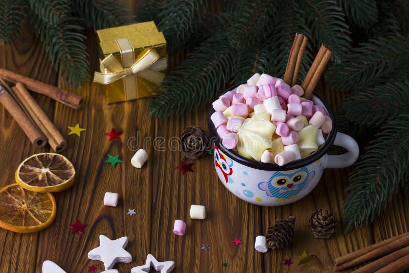 Weihnachtshintergrundstern, Schale marshmellow Zimt-Braunholztisch stockfotos