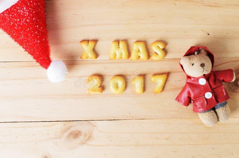 Weihnachtshut und Bärndekoration auf hölzernen Hintergründen oben lizenzfreies stockfoto