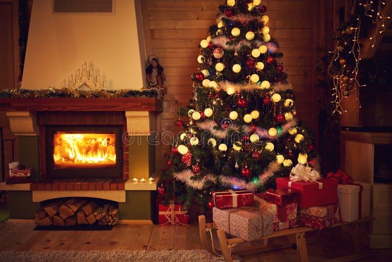 Weihnachtsinnenraum mit Kamin- und Tannenbaum stockfotos
