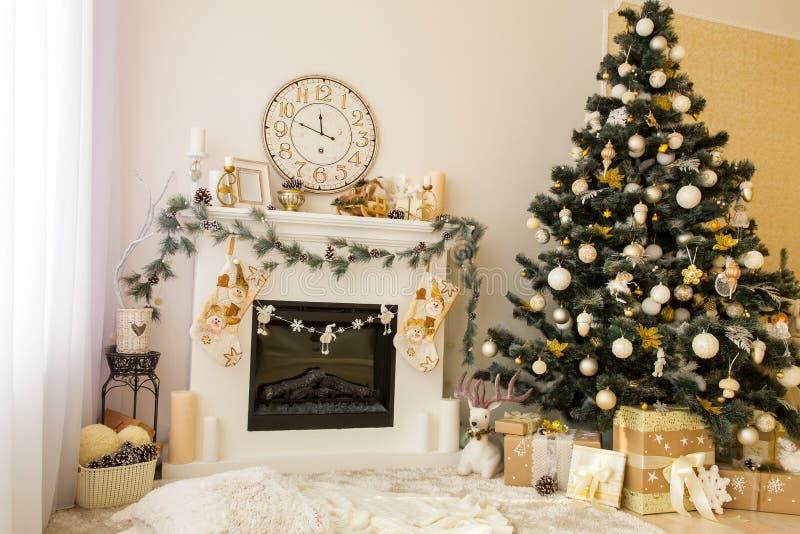 Weihnachtsinnenraum mit Kamin- und Weihnachtsbaum stockfotografie