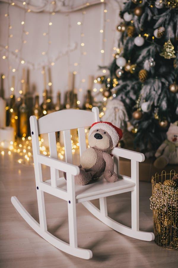 Weihnachtsinnenraum mit Kiefer und Lichtern stockfotografie