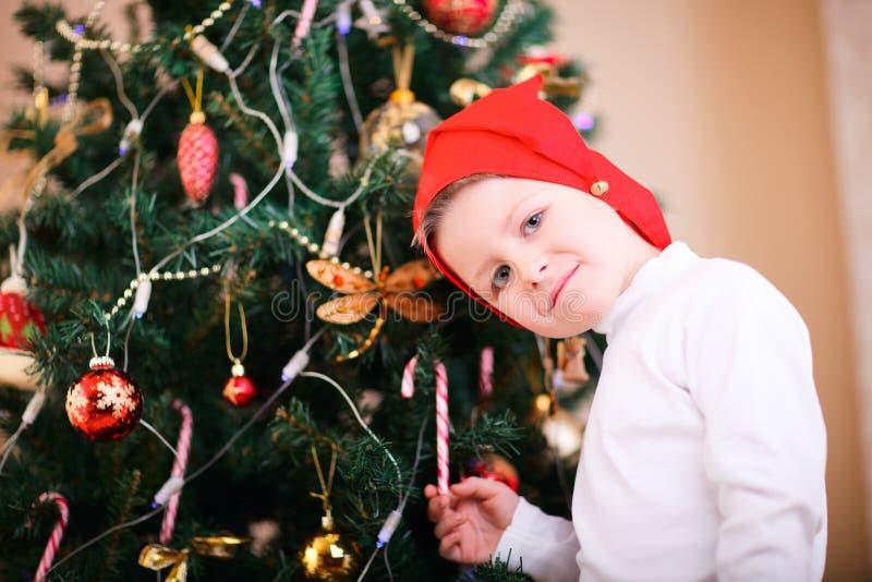 Weihnachtsjungenportrait stockbilder