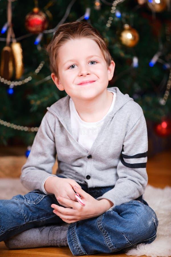 Weihnachtsjungenportrait stockfotos