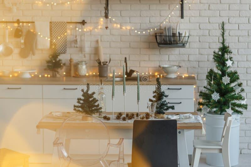 Weihnachtsküchentisch in der Dachbodenartdekoration stockfotografie
