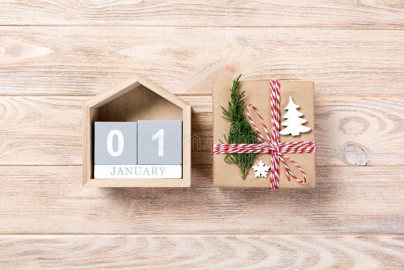 Weihnachtskalender am 1. Januar Weihnachtsgeschenk, Tannenzweige auf hölzernem weißem Hintergrund Kopieren Sie Raum, Draufsicht stockbilder