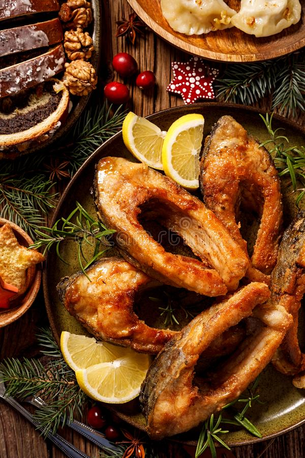 Weihnachtskarpfen, gebratene Karpfenfischscheiben auf einer keramischen Platte, Abschluss oben Traditioneller Weihnachtsabendstel stockbilder