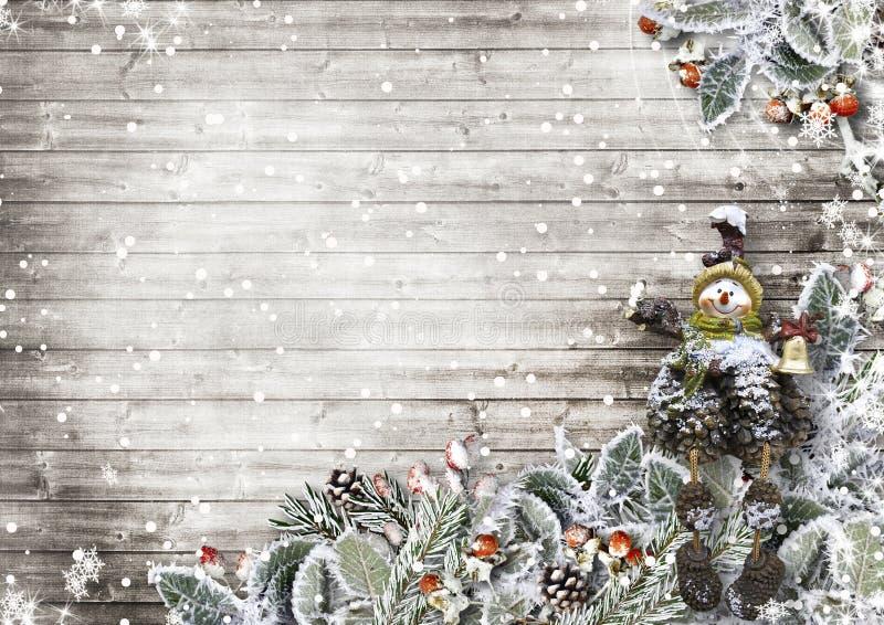 Weihnachtskarte auf einem hölzernen Brett mit schönen schneebedeckten Blättern lizenzfreies stockbild