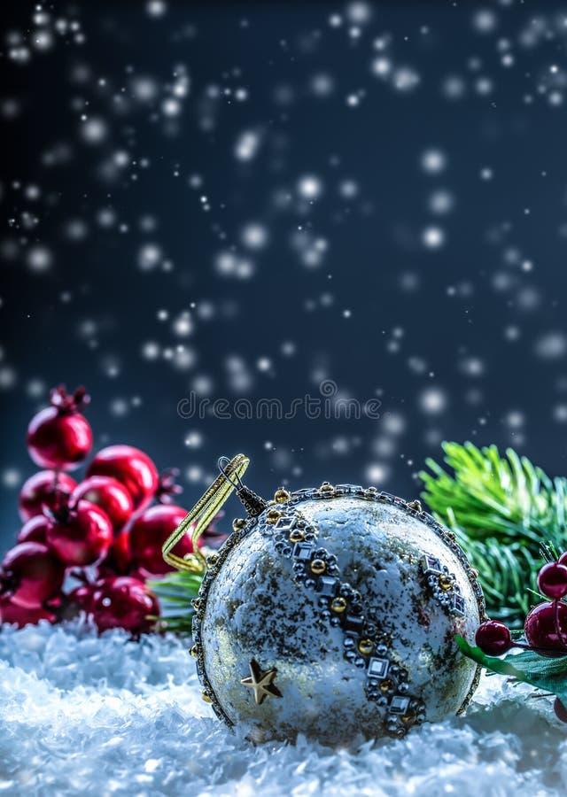 Weihnachtskarte mit Balltanne und Dekor auf Funkelnhintergrund Weihnachtsball auf Funkelnhintergrund Weihnachten lizenzfreie stockfotografie