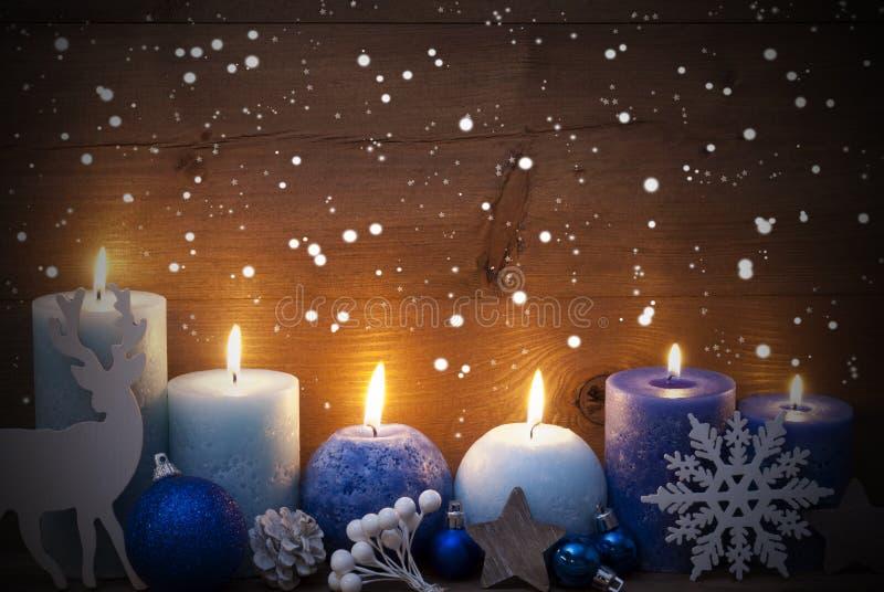 Weihnachtskarte mit blauen Kerzen, Ren, Ball, Schneeflocken stockfotos