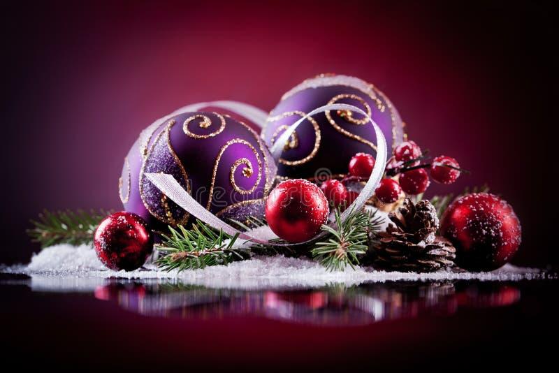 Weihnachtskarte mit Weihnachtsbällen auf einem dunklen Hintergrund lizenzfreie stockfotos