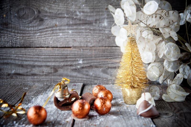 Weihnachtskarte mit Weihnachtsbaum, Schokoladen auf hölzernem Brett. lizenzfreies stockfoto