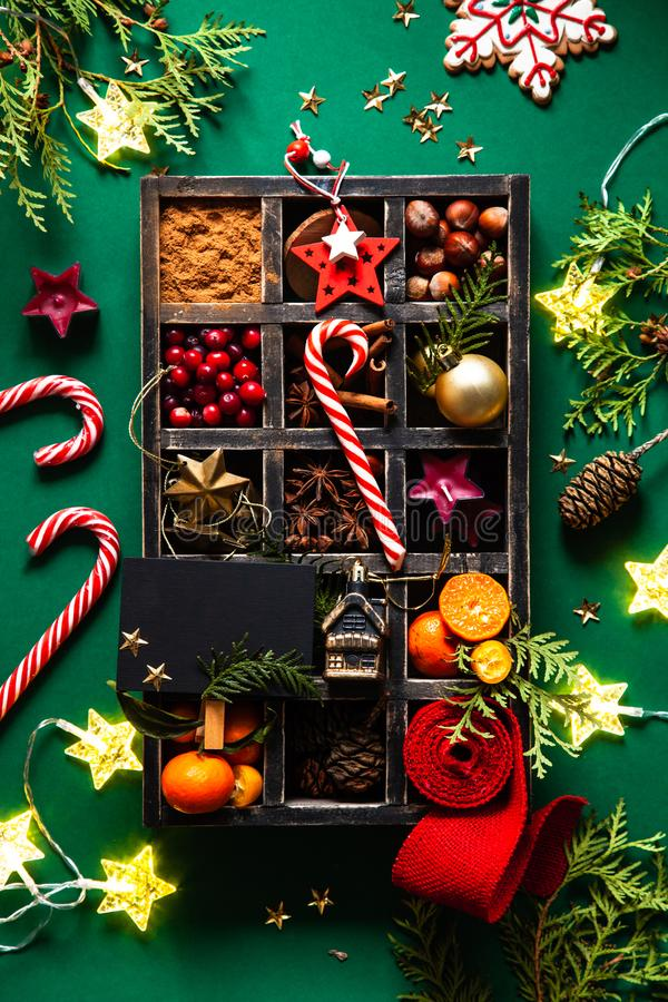 Weihnachtskarte mit Weihnachtsdekoration in einer Holzkiste lizenzfreie stockbilder
