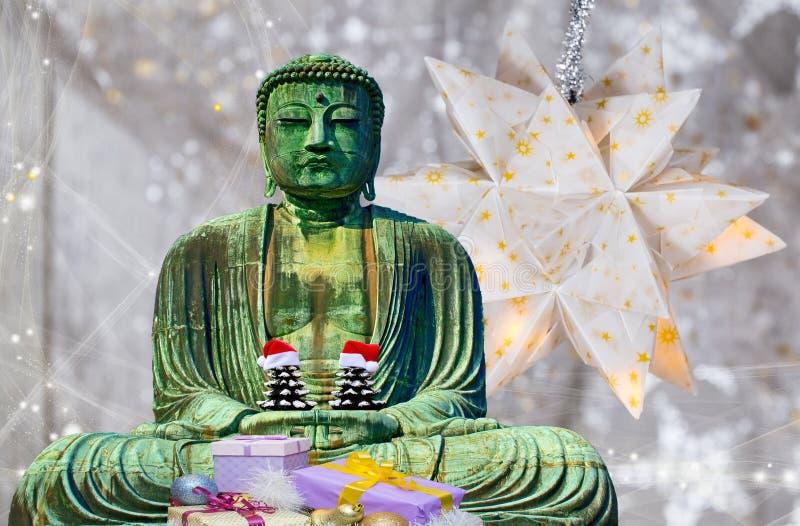 Weihnachtskarten-Buddha-Mönchstatue, die 2 Weihnachtsbäume mit Hüten und Sternhintergrund hält stockbild