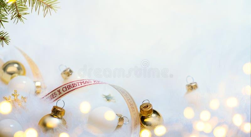 Weihnachtskartenhintergrund mit Weihnachtsbaum und Feiertagsdekor lizenzfreies stockbild