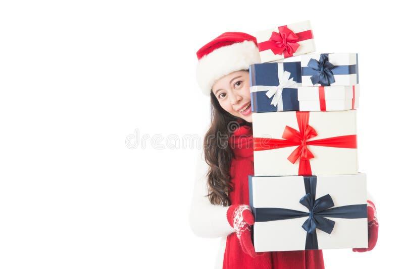 Weihnachtskaufende asiatische Frau, die viele Weihnachtsgeschenke hält lizenzfreie stockfotografie