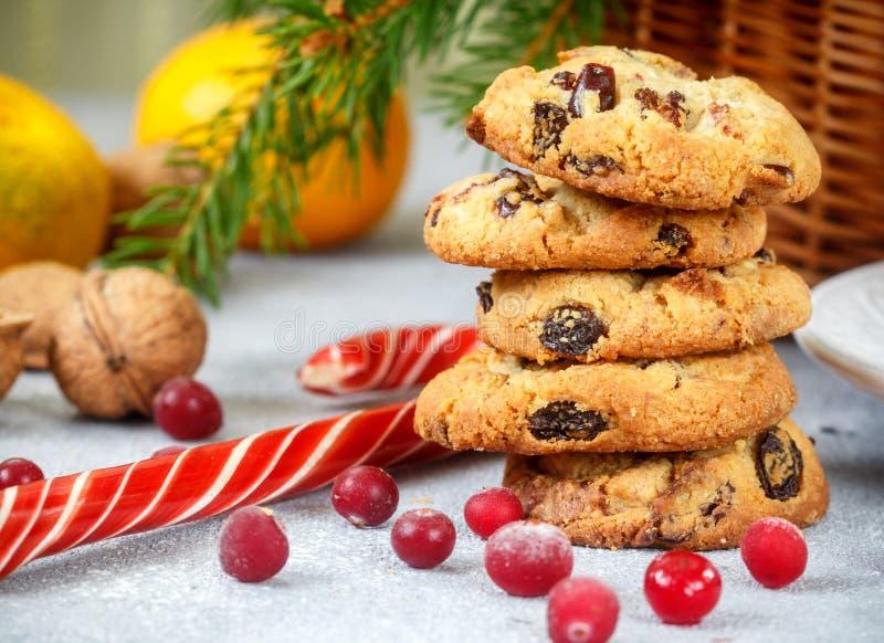 Weihnachtskeks mit weißer Schokolade und getrockneten Moosbeeren Bonbons, Tangerinen und Nüsse auf dem Tisch stockfoto
