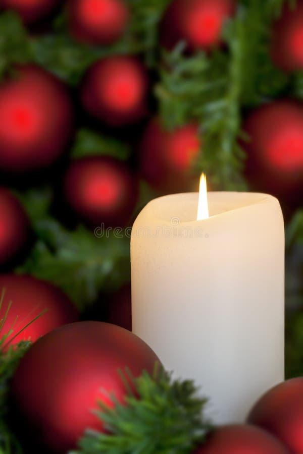 Weihnachtskerze mit rotem Flitter über Schwarzem lizenzfreie stockfotos