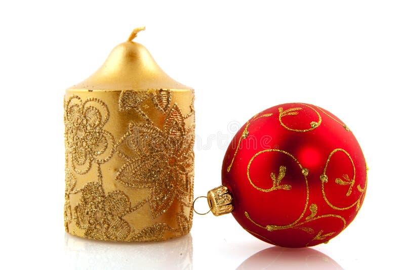 Weihnachtskerze und -kugel lizenzfreie stockbilder