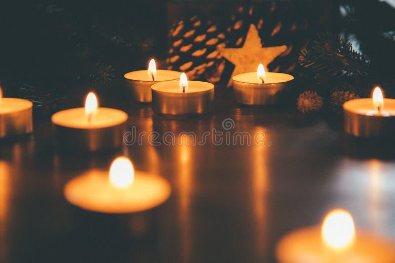 Weihnachtskerzen mit Verzierungen in der Nacht stockfoto