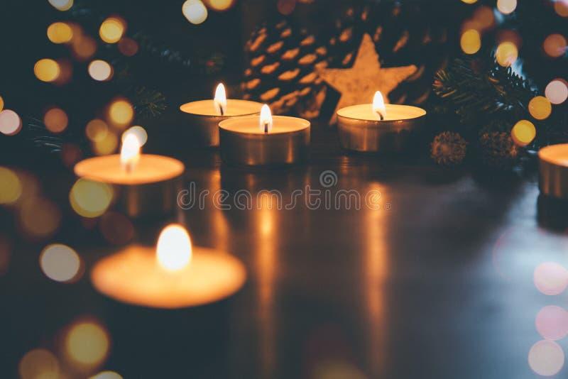 Weihnachtskerzen mit Verzierungen und Lichter bokeh lizenzfreies stockfoto