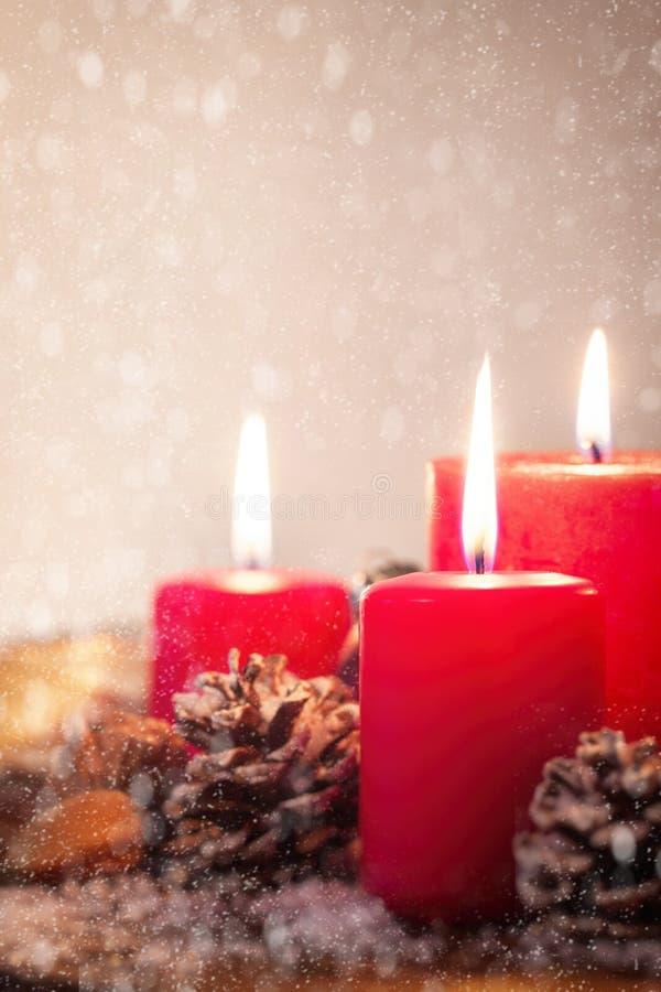 Weihnachtskerzen mit Weihnachtsdekorationen, Weihnachten oder Atmosphäre des neuen Jahres stockfotografie
